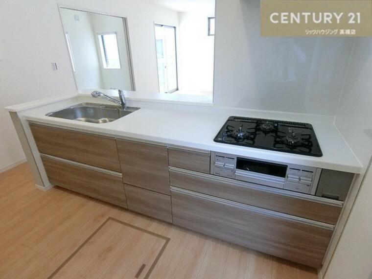 キッチン(同仕様)<BR/>3口コンロのシステムキッチンで料理もはかどりそうですね。