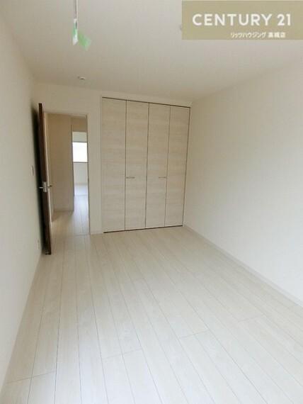 洋室(同仕様)<BR/>3部屋の洋室それぞれに収納がありバルコニー付のお部屋もあります。