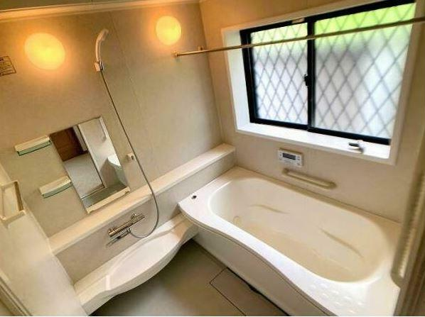浴室 クリーニング済み! 足を伸ばせる1坪サイズの広々とした浴槽で、1日の疲れをゆっくり癒せます。
