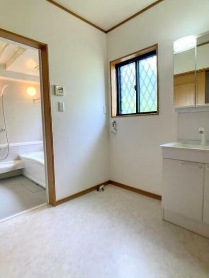 ランドリースペース 窓付きの明るい洗面脱衣室!