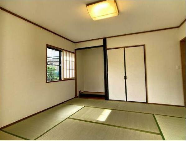 和室 1階8帖の和室には、床の間と押入を設けています。 畳は表替えを行いました。