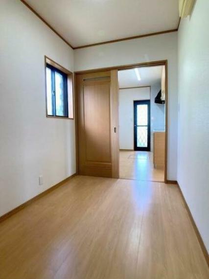 キッチン横に用途様々、広々ユーティリティ有り! 収納室、家事室にいかがですか。