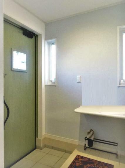 玄関 横にシューズクロークがあります。我が家の顔、玄関、いつも綺麗に整えましょう。