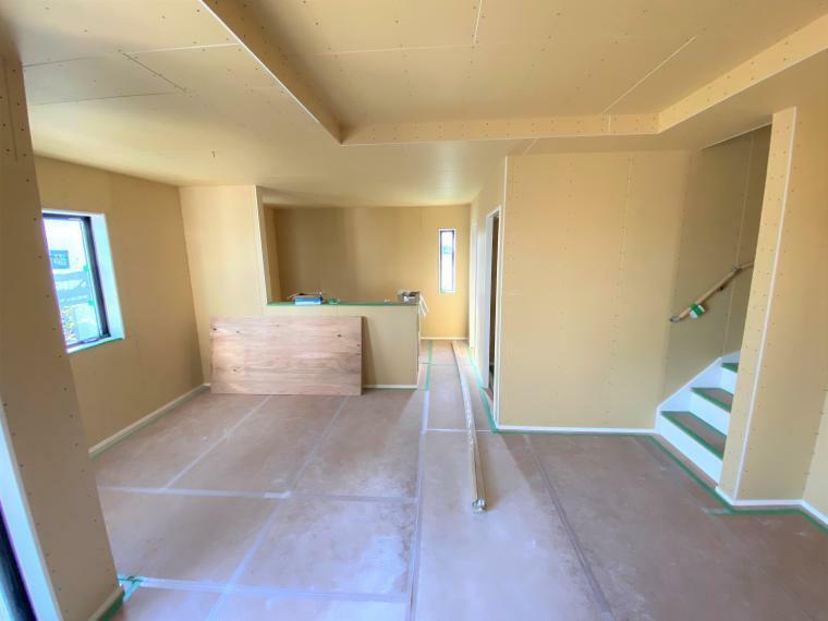 現況写真 全3棟すべてが対面式キッチンとなっており、お料理をしながらでもご家族を見守ることのできる家族思いな新築戸建てになります。