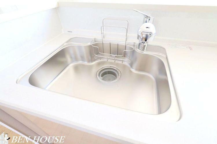 キッチン キッチン水栓(同仕様参考写真)・見た目もスッキリな浄水器内蔵水栓のキッチンです。重たいお水を買わなくてもいつでも浄水されたお水を飲むことができます