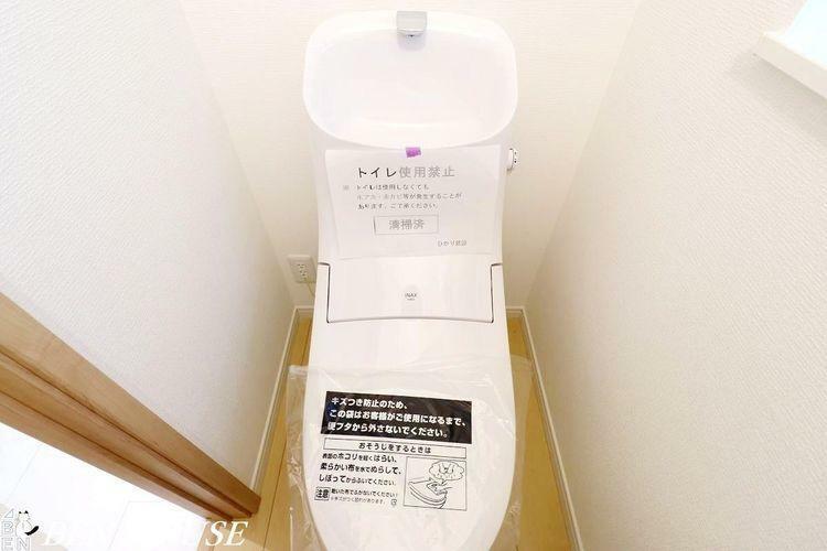 トイレ トイレ(同仕様参考写真)・2ヶ所に設置がございますので、朝の支度で込み合う時間もスムーズに準備ができますね。・窓付きで明るく換気もできます