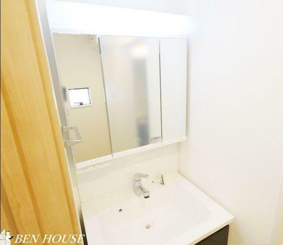 洗面化粧台 洗面化粧台(同仕様参考写真)・洗面台には三面鏡を採用。身だしなみを整えやすい事はもちろんですが、鏡の後ろに収納スペースを設ける事により、散らかりやすい洗面スペースをすっきりさせる事が出来るのも嬉しい…