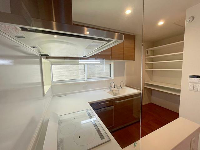 キッチン ●食器洗浄機や浄水器を完備したIHクッキングヒーター