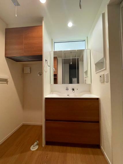 洗面化粧台 ●収納スペースも豊富な三面鏡の洗面化粧台