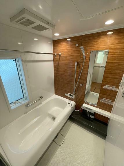 浴室 ●浴室乾燥機を完備した窓付きの浴室