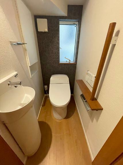 トイレ ●お手入れのしやすいタンクレストイレ