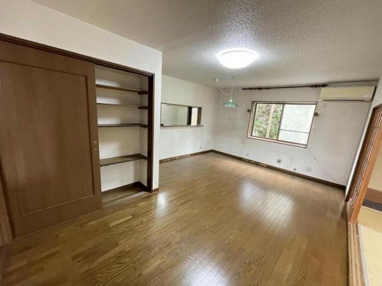 居間・リビング リビングにこれだけ大きな収納があれば安心です。