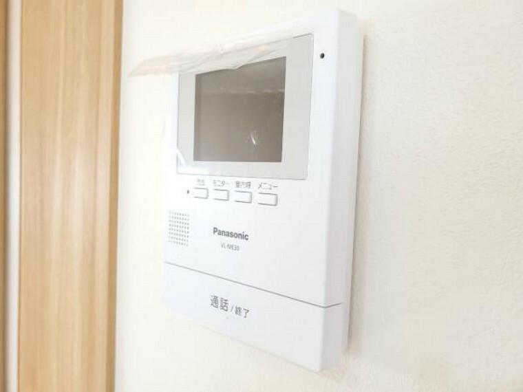 カラーモニター付インターホンで、来客者の顔を見ながら安心して対応できます。