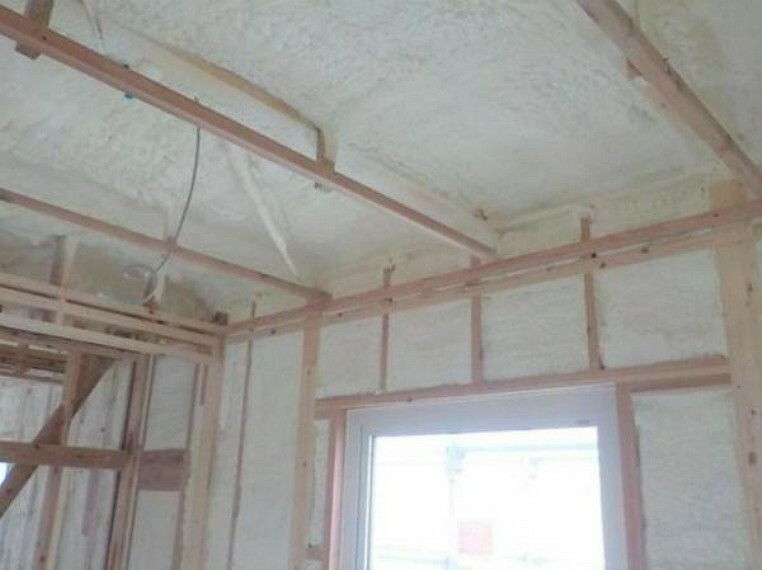 吹付タイプの断熱材「アクアフォーム」を、壁だけでなく床と天井にも吹き付けています。 夏は涼しく冬は暖かく、快適に過ごしていただける高気密高断熱住宅です