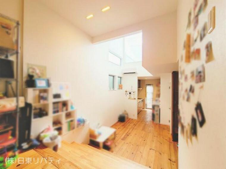 居間・リビング 木の温もりを感じられる18帖のリビングは吹抜けがあり、明るく開放的。
