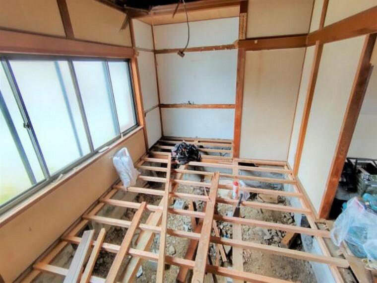 居間・リビング 【リフォーム中】1階南西側の居室は和室から洋室へ間取り変更を行ないます。それに伴い収納はクローゼットに変更。壁と天井はクロスを張って仕上げます。