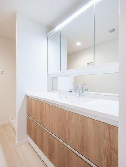 ランドリースペース 洗面所横に洗濯機置き場があります。