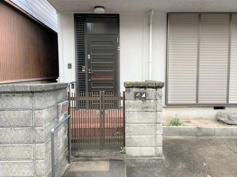 玄関 手摺り付の玄関。お年を召しても安心です。