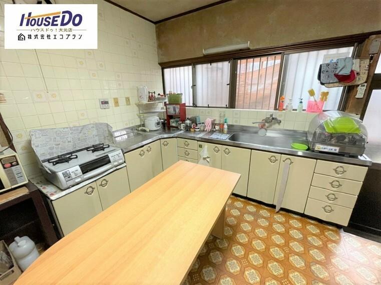 キッチン L型のキッチンは、料理をする際の移動範囲を最小限に抑えてくれる 独立したキッチンなので、匂いや油跳ねなどを気にしなくて大丈夫