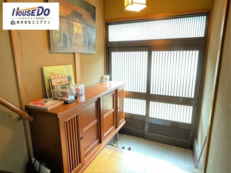 玄関 落ち着いた雰囲気の玄関は大切なお客様を迎えるのに最適です。毎日の外出や帰宅の際にも気持ちを落ち着かせてくれる環境です。