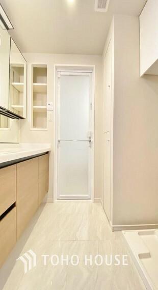 脱衣場 「洗面所」ナチュラルで、落ち着きを感じさせる空間の洗面所。洗面台上に取り付けられた照明が優しい印象を与えてくれるので、朝の準備もスムーズに進みそうですね。