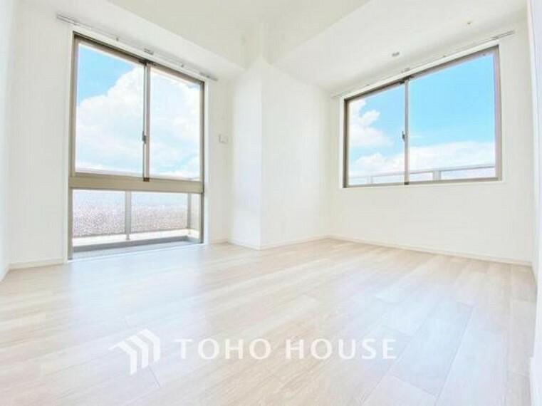 洋室 「通気性の良い居室」居室に窓が2ヶ所あるので、明るさの確保と、風の通り道ができることで換気のしやすいお家になっています。居室のドアを開けることなく空気が入れ替えられるので、一人で落ち着きたい時にも。