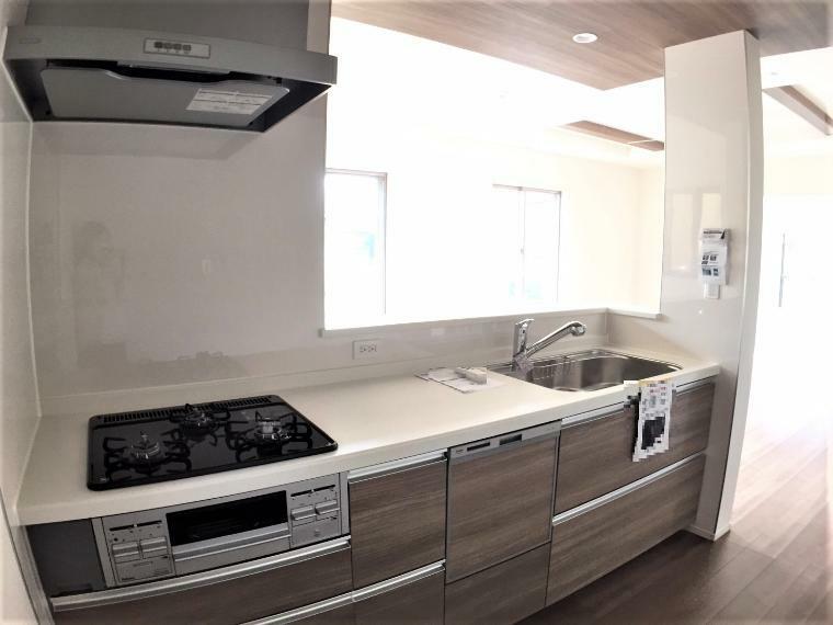 キッチン 人工大理石のシステムキッチン!対面式は家事がしやすく、ご家族との会話も増える人気の間取りです。