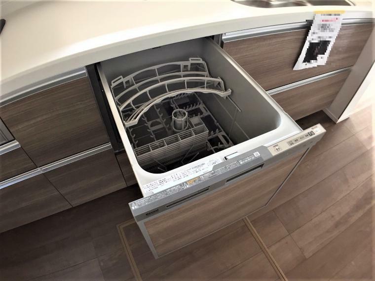 キッチン 家族全員の使った食器はまとめて食洗器へ!家事の時短にはありがたい設備ですね。