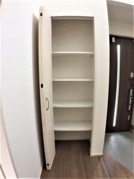 収納 玄関ホールにも収納スペースあり。