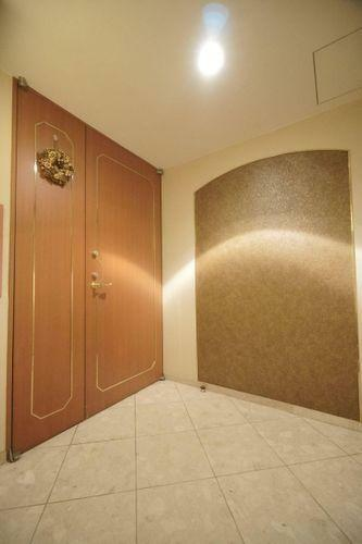 玄関 玄関まえのポーチ部分。大変広く、重厚感のある玄関ドアがお出迎えしてくれます。