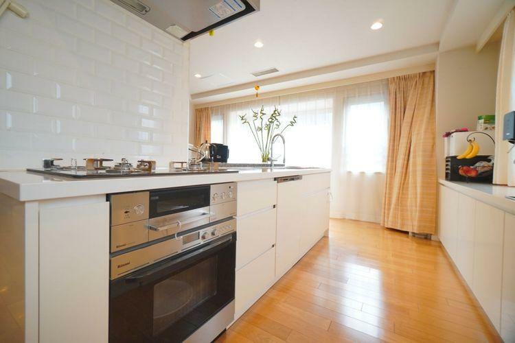 キッチン ビルトイン食洗器、ビルトインオーブン完備のアイランド対面キッチン!キッチン背面は端から端まで全てカウンター&収納なんです!キッチン周りから光が入ることでお料理がさらに美味しく見えること間違いなし!