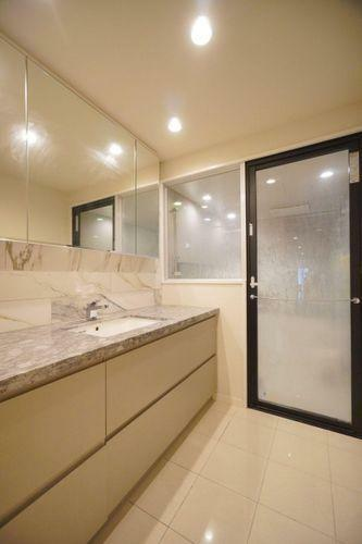 洗面化粧台 一日の始まりと、一日の締めくくりをする洗面室。使い勝手がよく収納力にも満足いただけるホテルライクな高級感あふれる広仕様。鏡裏と洗面台下も全て収納となっております。