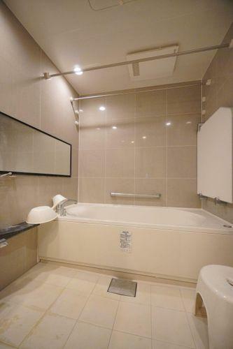 浴室 1620サイズのゆったりバス空間。お子様と一緒の入浴にもちょうどよいサイズですね。浴室暖房乾燥機付きで冬の入浴も快適!入浴後は浴室をカラッと乾燥させ、カビの発生を抑えます。