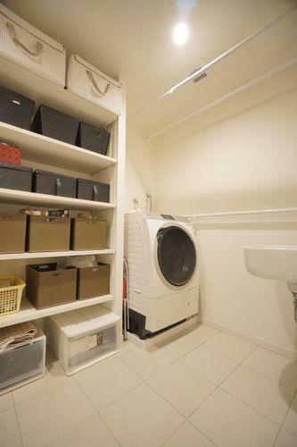 脱衣所とは別に贅沢な洗濯室がございます!スロップシンクもあり、お子様の汚れた衣服などの汚れ落としにも !可動棚も重宝します!