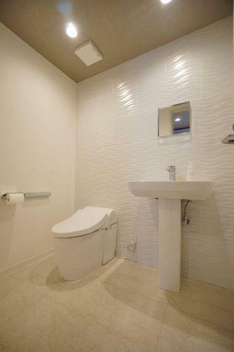 トイレ 清潔感がありお洒落なタンクレストイレ。大切な水を無駄なく賢く節約します。広々としていてお掃除もしやすいです!
