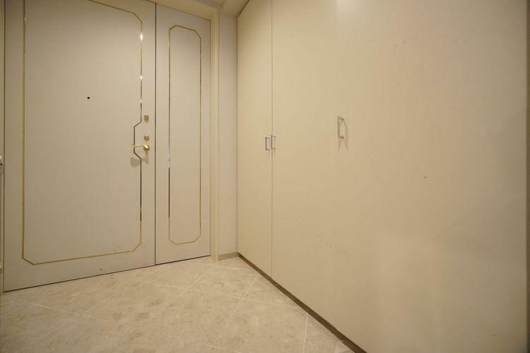 玄関 ご家族や来客のお出迎えに満足できるゆったりとした入り口となっております。収納もタップリ!白を基調とした明るい清潔感のある空間です。玄関とフロアの段差がなくバリアフリー性も高いです。