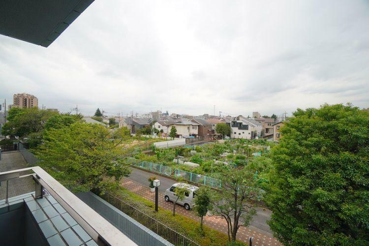眺望 低層の住宅が多いエリアですので、窓からの景色もスッキリと開放的です。目の前には今人気のシェア農園があり、緑と自然に癒されます。都心でも癒される贅沢な住環境です。