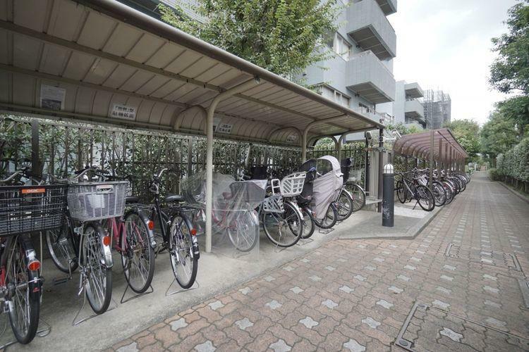 駐輪場。雨に濡れにくい屋根付きの平置き仕様。マンションは2段式の自転車置き場が多い中、平置きタイプは出し入れも楽々なところがポイント高いです。