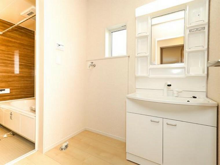 同仕様写真(内観) \同仕様写真/小窓付きの洗面室は、毎朝心地よい光を運んでくれるので、すがすがしい気持ちで1日をスタートできます!