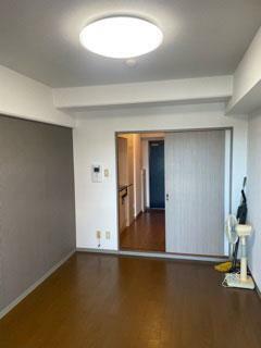 洋室 採光・眺望良好な洋室!南側壁面にはアクセントクロスを採用!バルコニー側から望む!
