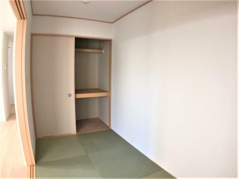 和室 1階の和室は落ち着いた空間になっており、客間にもお子様のお昼寝スペースにも様々な使い方ができそうです。