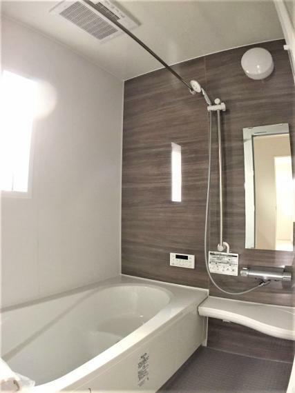浴室 1坪サイズの浴室を標準採用。足を伸ばして入ることができ、日々の暮らしで疲れた体を癒してくれます。毎日のバスタイムが楽しみになりそうな広々浴室。