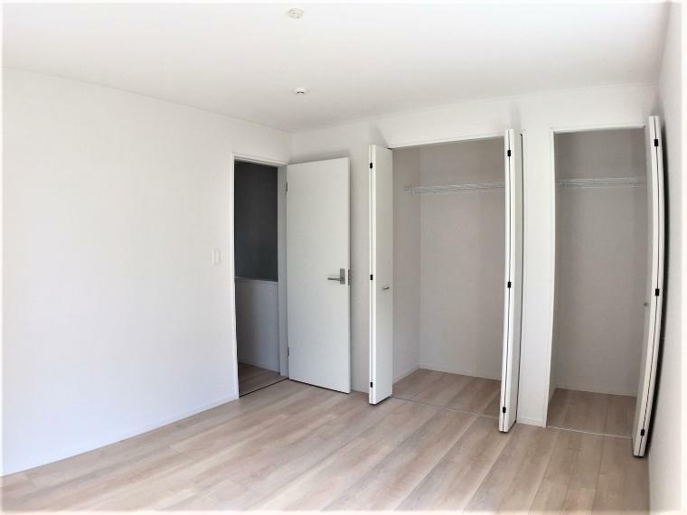 洋室 たっぷり収納できるクローゼット付きで、お部屋を最大限に広くお使いいただけます。