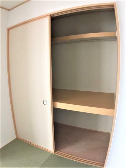 収納 和室にも大きな収納スペースあり。