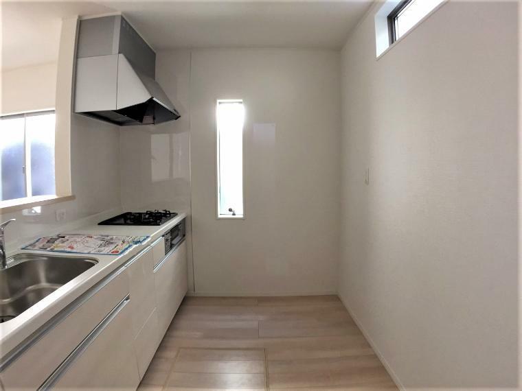 キッチン 広々とした空間で、大きなか家具や家電も置くことができます。
