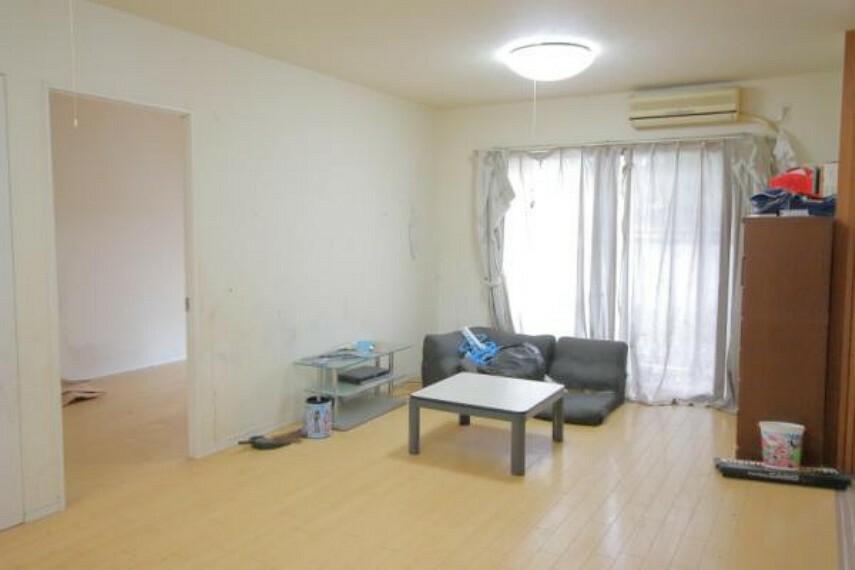 居間・リビング 低層階にはなりますが、下の階への音の心配がいらないのでのびのびと子育てできますね。