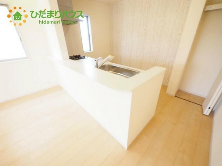 キッチン カウンターは少し高くなってますので、手元が隠れて来客からは見えにくくなってます