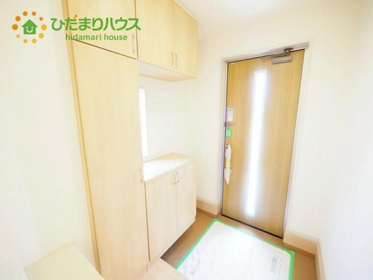 玄関 毎日「行ってきます」「ただいま」をいう玄関は小窓付で、明るく光が差し込みます。