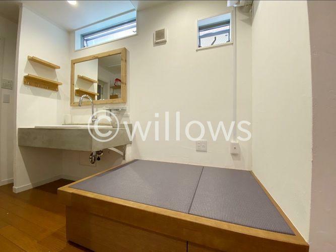 現況写真 畳が丘。乾いた洗濯物をその場でたたむことのできるスペース。コンセントもありアイロンも利用可能。下部には収納も完備しております。