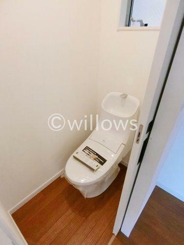トイレ トイレは白を基調とし、清潔感のある空間に。より快適にご利用いただくために、ウォシュレットタイプを採用。お気に入りの絵画を飾ったり、工夫次第で素敵な空間になります。(2019年1月/新築時撮影)